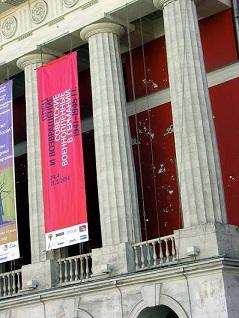 Museum für russische Zeitgeschichte in Moskau. Auf dem Banner wird für die Ausstellung geworben
