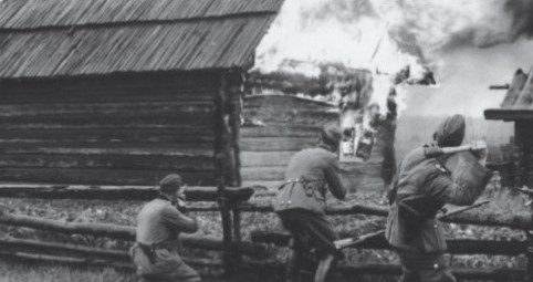 Russland 1942/43: Soldaten der deutschen Ordnungspolizei setzen mit Handgranaten ein Dorf in Brand.