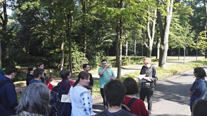TeilnehmerInnen besuchen den Friedhof Osterholz